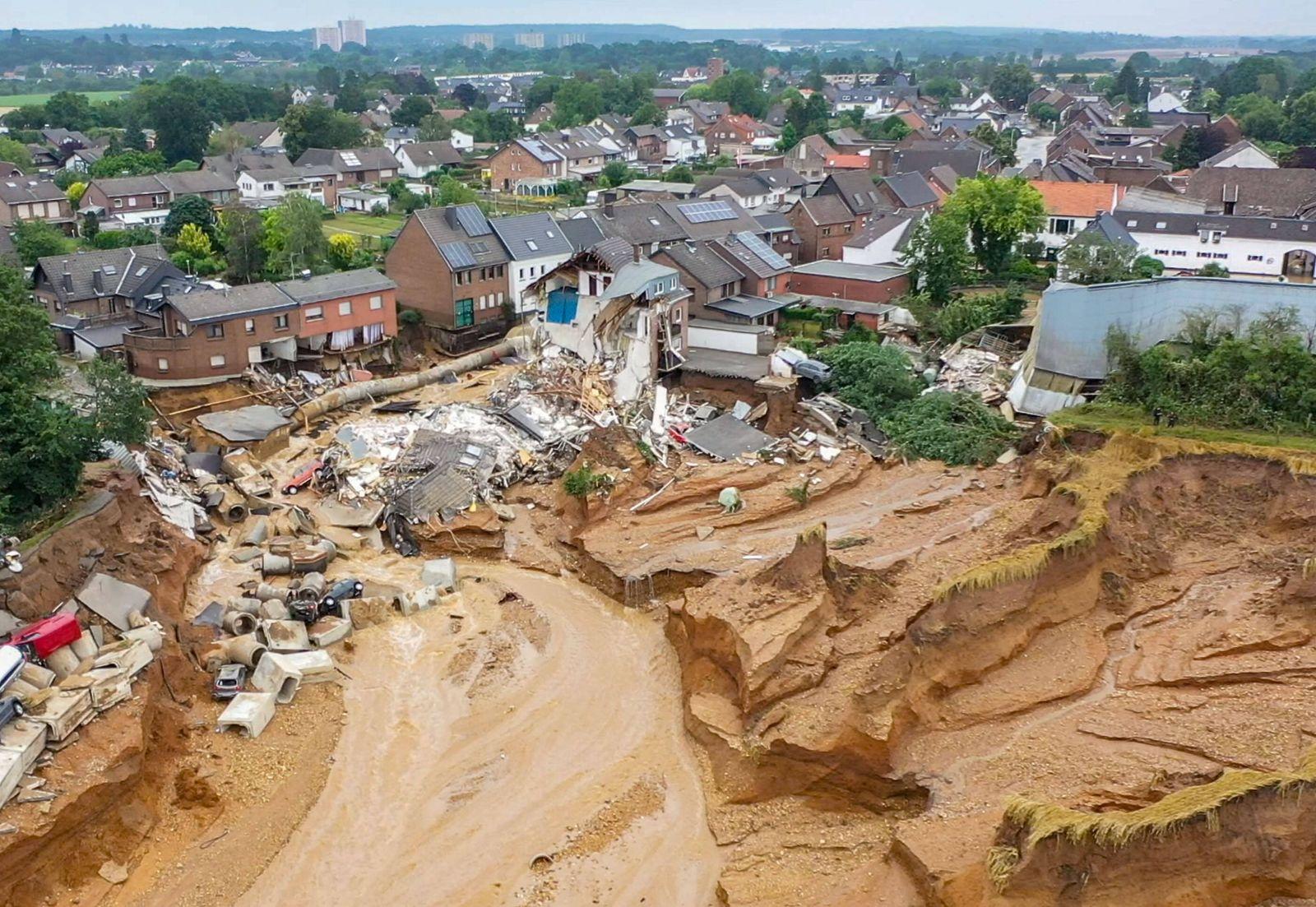 News Bilder des Tages 16.07.2021 , Erftstadt - Blessem , Massiver Erdrutsch im Stadtteil Blessem in Erftstadt , Die Behö