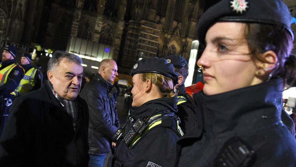 Innenminister Herbert Reul spricht am 31.12.2017 vor dem Hauptbahhof in Köln mit Polizistinnen