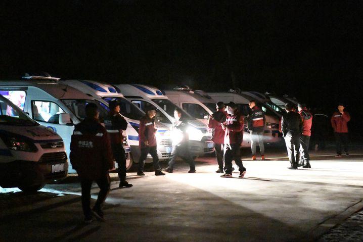 Fahrzeuge der Rettungskräfte am Steinwald in der Provinz Gansu