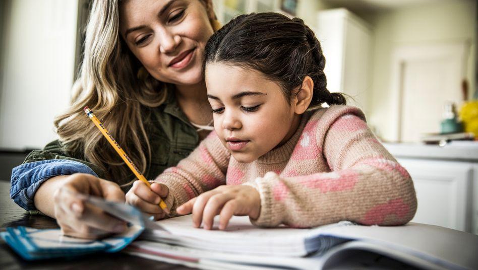 Mutter bei der Hausaufgabenbetreuung (Symbolbild)