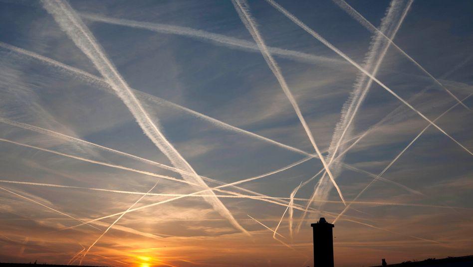 Kondensstreifen am Himmel über Frankfurt am Main (Archivbild): Ähnlicher Treibhauseffekt wie Kohlendioxid