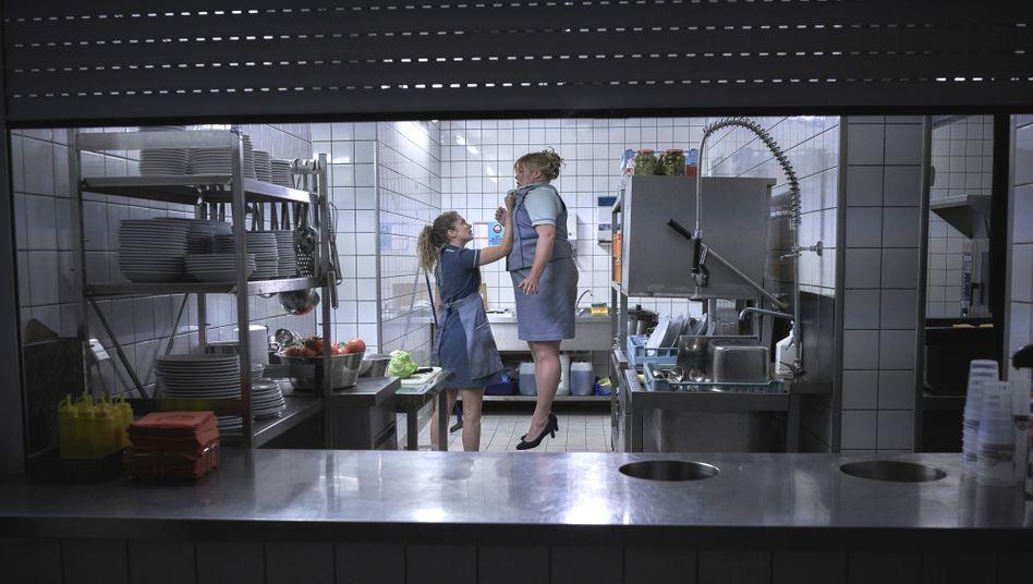 Wendy (Cornelia Gröschel) will endlich befördert werden, daher befördert sie erst mal ihre Chefin