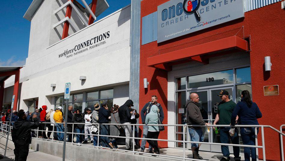 Menschen in Las Vegas warten vor einem Jobcenter: Immer mehr US-Amerikaner brauchen Arbeitslosenhilfe