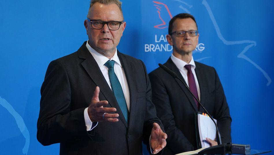 Brandenburger Innenminister Michael Stübgen (l.), Verfassungsschutzchef Jörg Müller