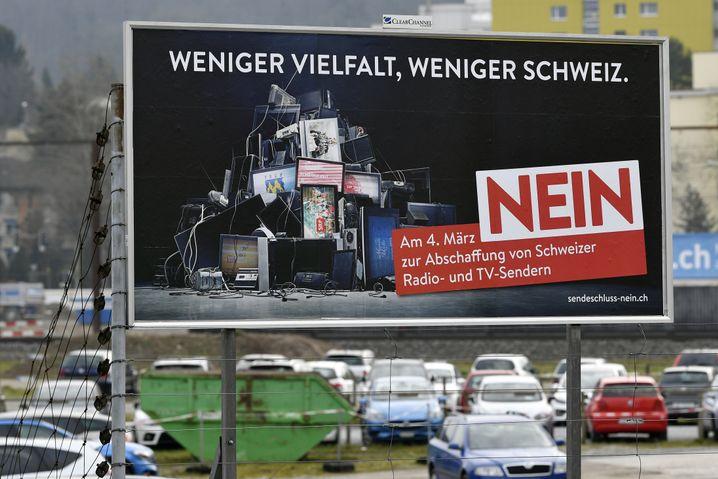"""Plakat zur Abstimmung über die Rundfunkgebühr bei Zürich: """"Eine zivilisatorische Errungenschaft"""""""
