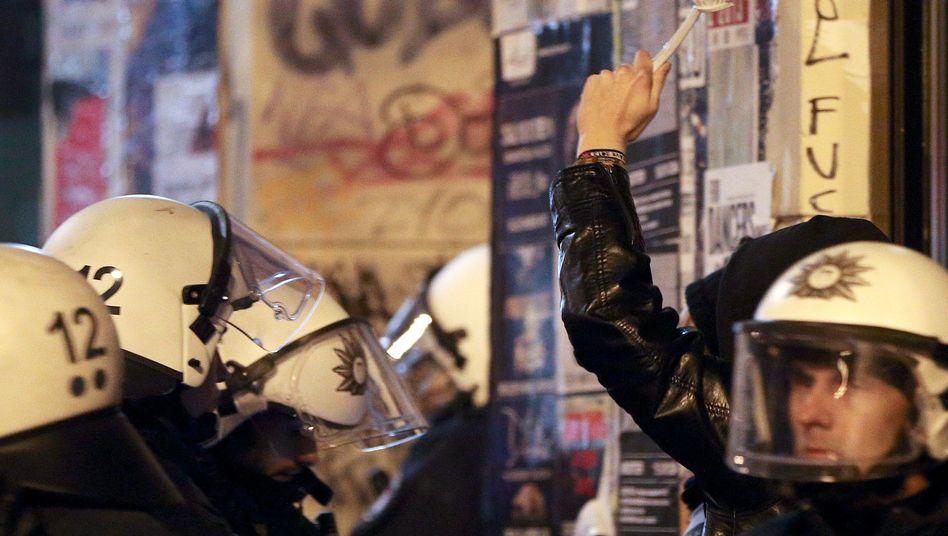 Polizeikontrolle im Gefahrengebiet: Schals und Klebeband erbeutet