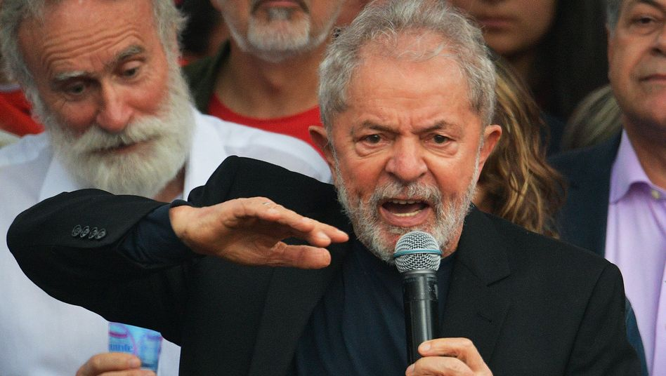 Luiz Inácio Lula da Silva spricht vor dem Gefängnis zu Anhängern