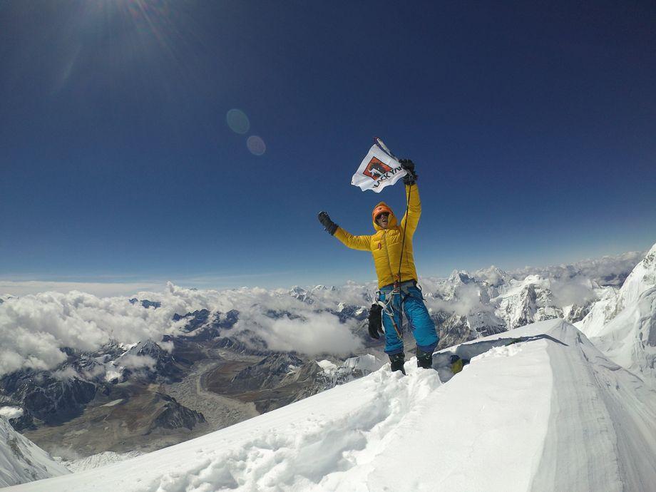 Dieses Foto hat Foto per Selbstauslöser geschossen. Es zeigt ihn am Gipfel des Nangpai Gosum II. Der Berg galt als einer der höchsten unbestiegenen Berge der Welt – bis Jost kam.