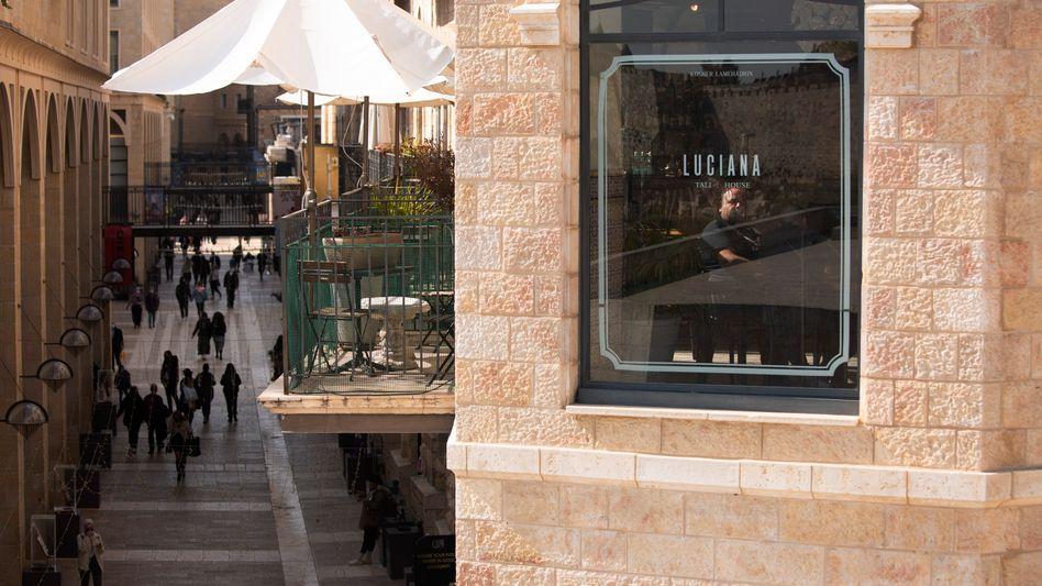 Ein Mann in einem Restaurant in Jerusalem
