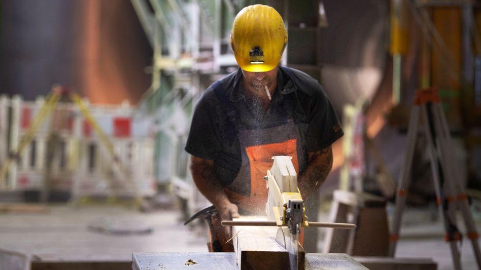 Hat vielleicht bald nicht mehr genug Materialien für sein Handwerk: Ein Arbeiter auf einer Baustelle in Stuttgart