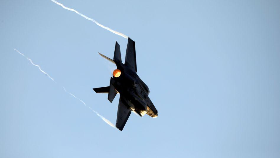 Ein israelischer Kampfjet bei einer Flug-Demonstration (Archivbild)