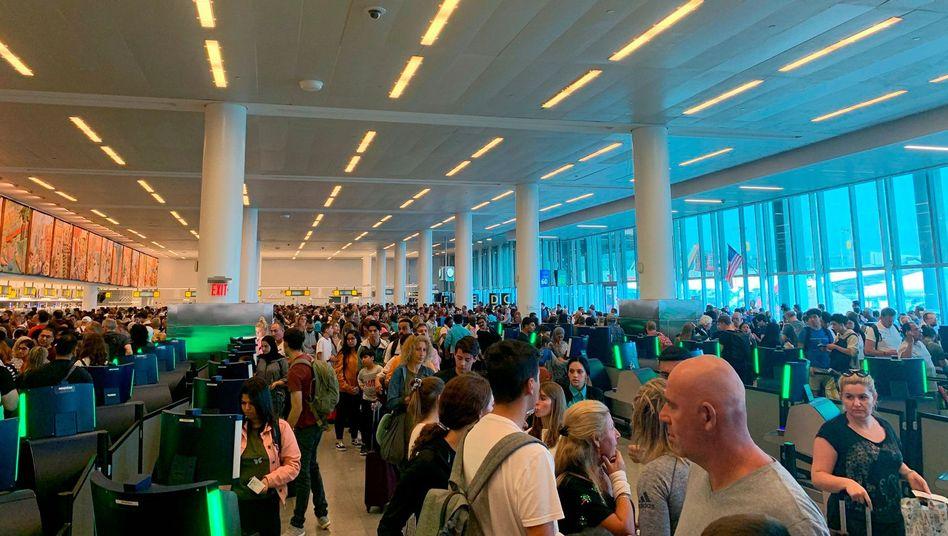 Schlangen bei der Einreisekontrolle am John F. Kennedy International Airport in New York