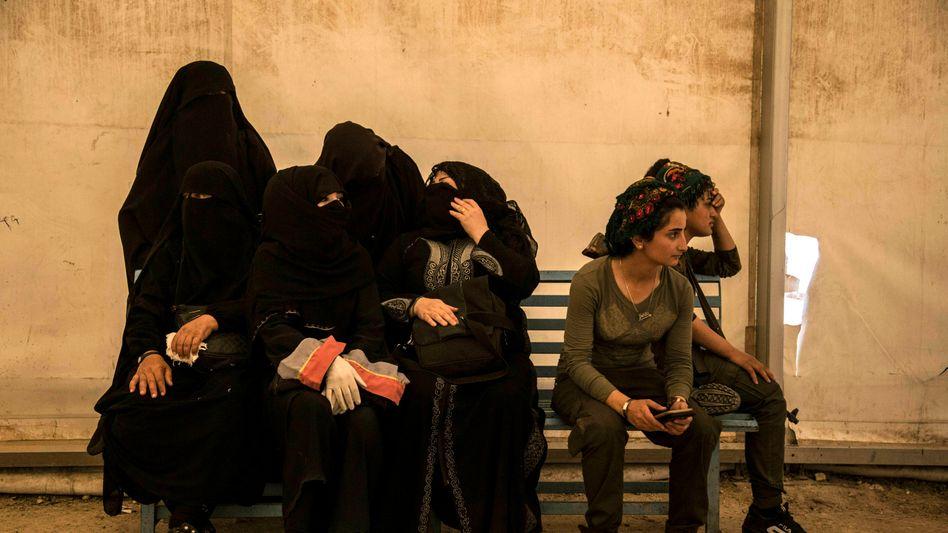 Frauen von IS-Kämpfern im Flüchtlingslager Al-Haul: Auch die betroffene Familie lebt in dem Lager