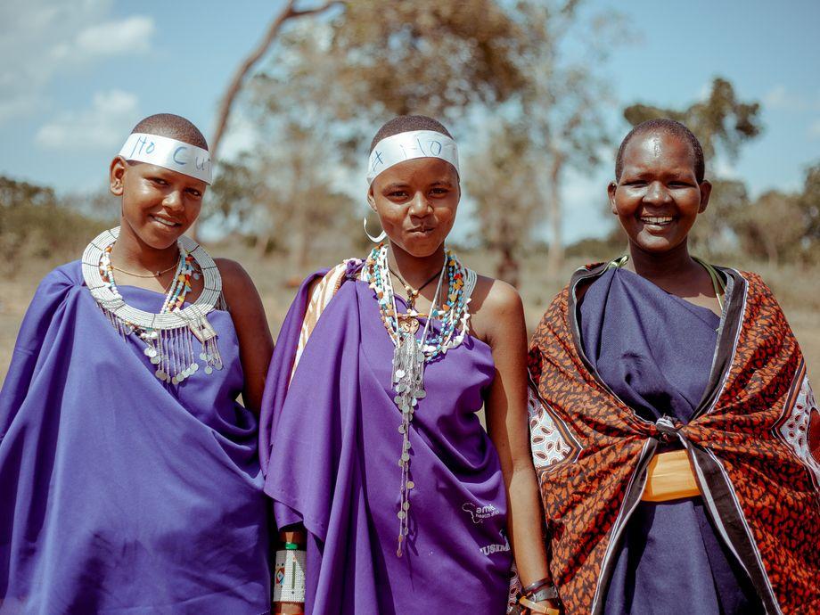 Junge Frauen feiern den Übergang ins Erwachsenenleben mit alternativen Ritualen