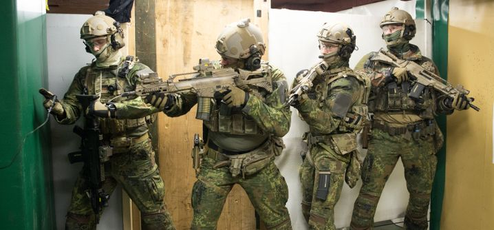 Soldaten trainieren in Calw auf dem Kasernengelände des KSK
