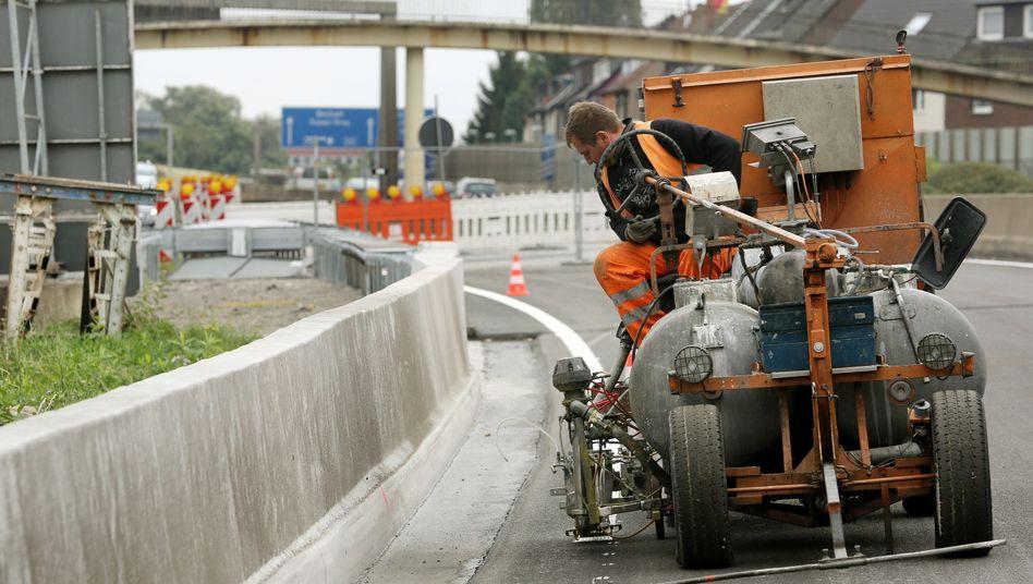 Fahrbahnmarkierung an der A40: Ab Montag soll der Verkehr wieder rollen