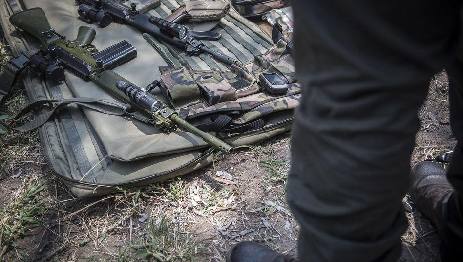 Die Ausrüstung einer Anti-Wilderer-Einheit in einem Nationalpark in Südafrika: Wie weit darf Tierschutz gehen?