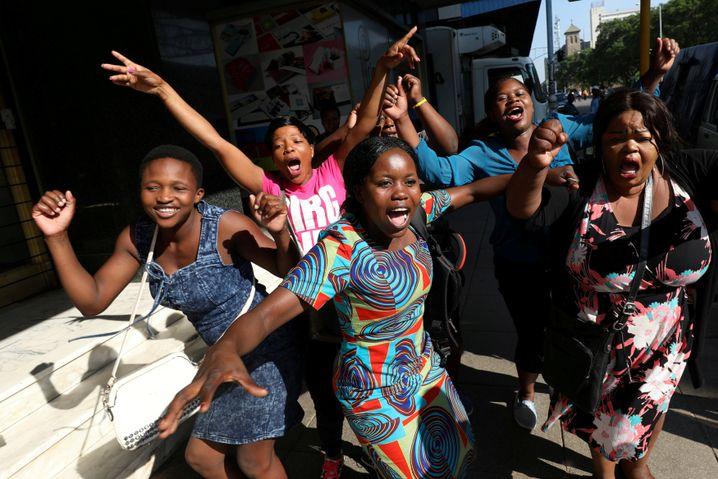Junge Simbabwerinnen feiern Mugabes Rücktritt