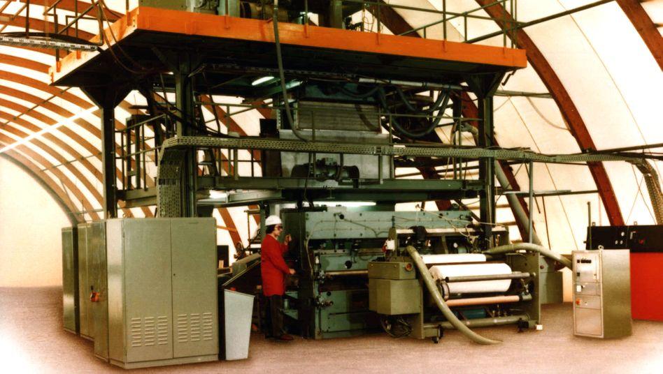 Der Stoff, aus dem die Masken sind: Die erste Spinnvliesanlage der Firma Reifenhäuser von 1985