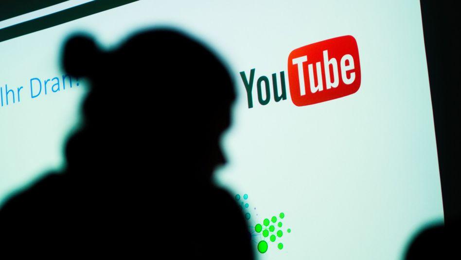 Frau vor YouTube-Logo