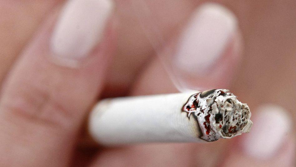 """Raucherin (in Erfurt, Juni 2008): """"Wenn sie rauchen - egal wo - dann gelangen toxische Partikel aus dem Tabakrauch in ihre Haare und Kleidung"""""""