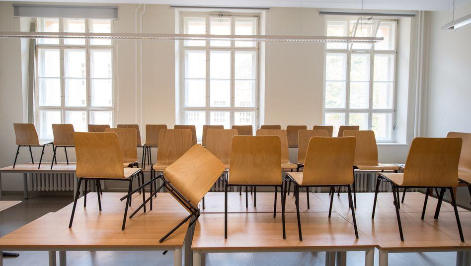 Leere Klassenzimmer wegen Corona: Die Zahl der geschlossenen Schulen steigt (Symbolbild)