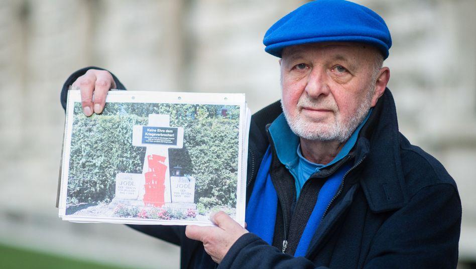 Aktionskünstler Wolfram Kastner zeigt, wie er den Grabstein der Jodls bearbeitet hatte