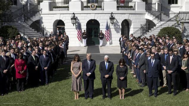 Mitarbeiter des Weißen Hauses bei einer Schweigeminute für die Opfer von Las Vegas