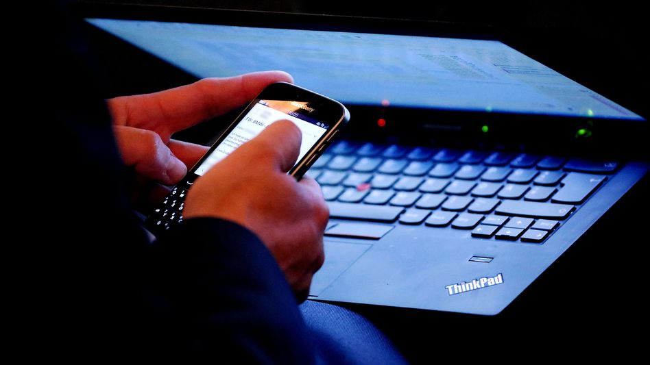 Laptop- und Smartphone-Nutzer: Ein substanzieller Teil des Lebens findet im und mit dem Netz statt