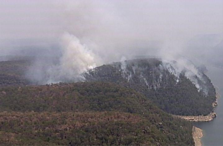 Rauch über den Blue Mountains in der Nähe von Sydney