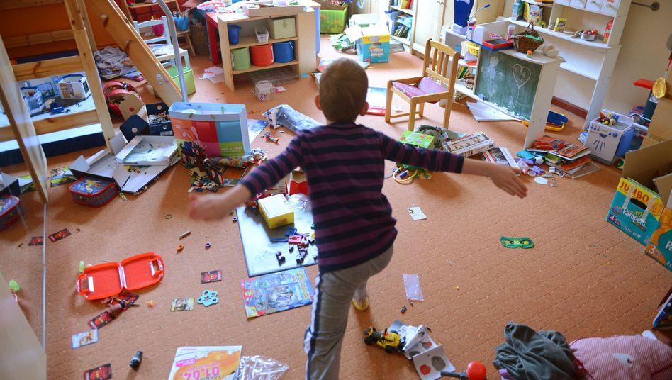 Junge im Kinderzimmer: Spielsachen lieber in Schachteln verstauen
