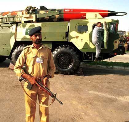 Pakistanischer Soldat vor einer Rakete: Militär bestimmt die Geschicke des Landes