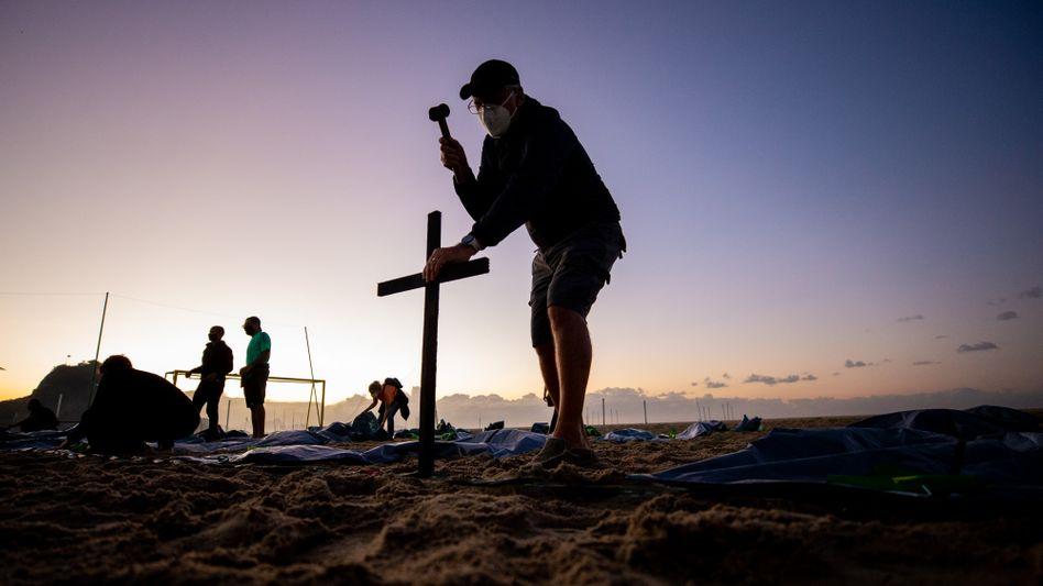 Vorbereitungen für eine Gedenkveranstaltung für Coronatote in Rio de Janeiro