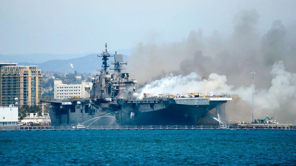 """""""USS Bonhomme Richard"""" steht im Marine-Stützpunkt in San Diego in Flammen"""