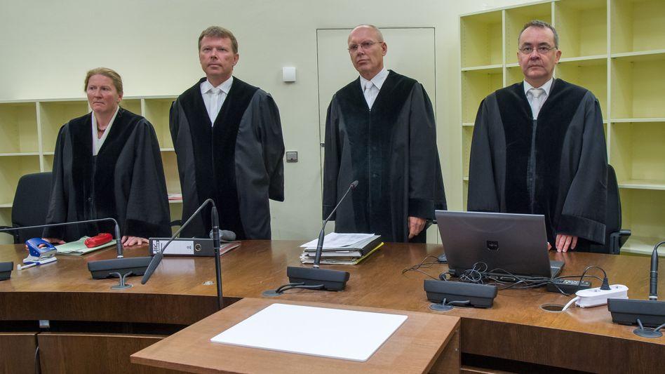 Vorsitzender Richter Manfred Götzl (2.v.r.), Vertreter seines Staatsschutzsenats