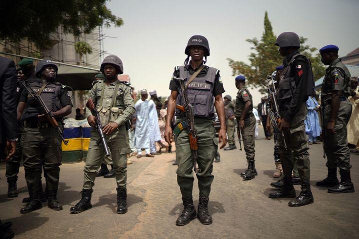 Nigerias Polizei vor dem Hauptquartier der APC