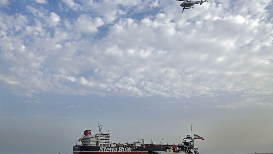 Ein Schnellboot der iranischen Revolutionsgarde bewegt sich um den britischen Öltanker «Stena Impero».