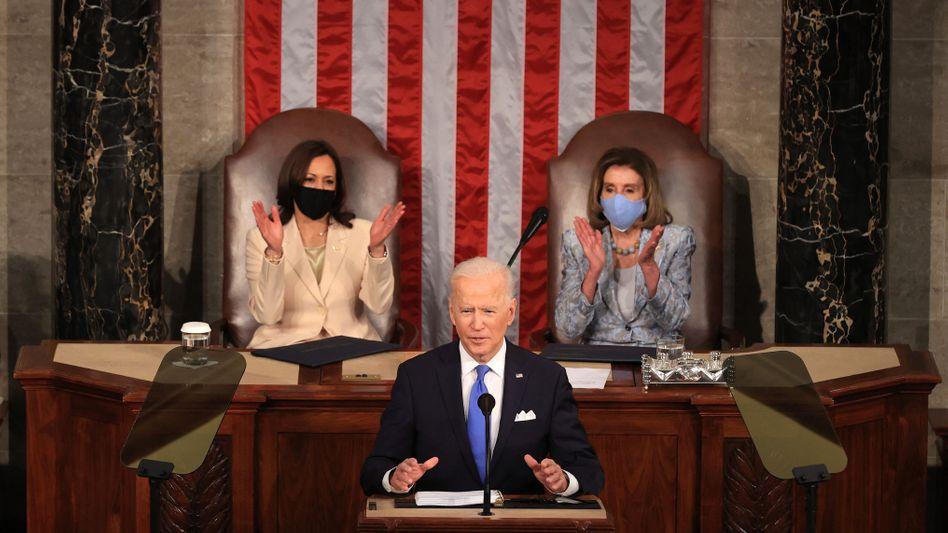 US-Präsident Joe Biden bei seiner ersten Rede vor dem Kongress: Erstmals wurde die Sondersitzung von zwei Frauen geleitet, Kamala Harris und Nancy Pelosi