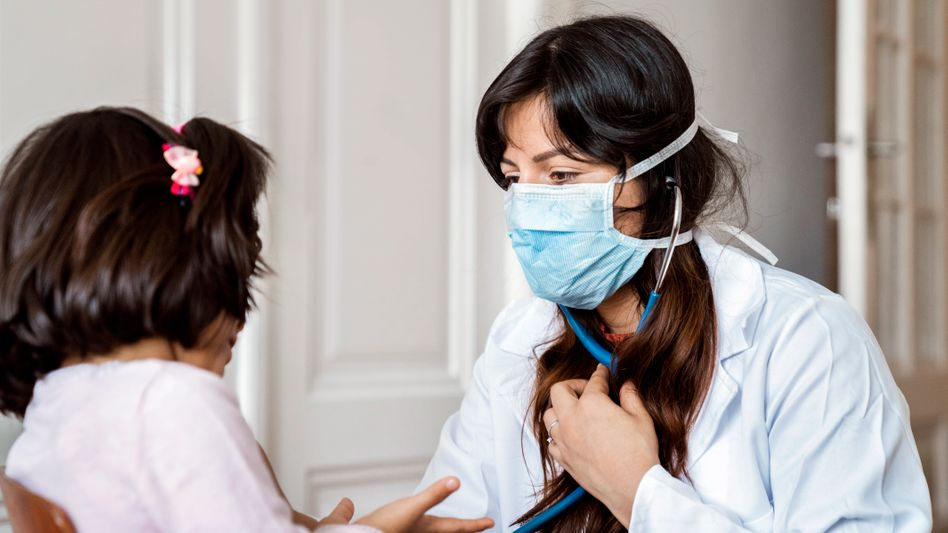 Kind bei einer Ärztin (Symbolbild): Schuleingangsuntersuchungen sind in den meisten Bundesländern die einzig verpflichtenden Untersuchungen