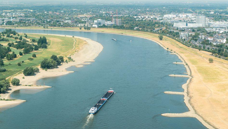 Transportschiff auf dem Rhein