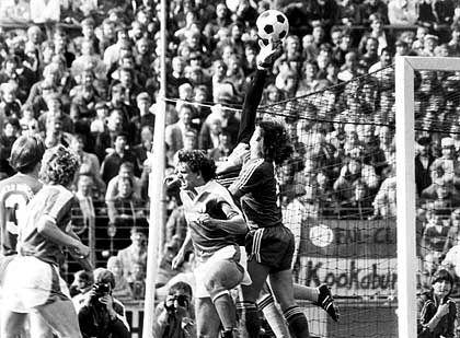 Keeper Pfaff (Mitte): Panne gleich im ersten Spiel für die Bayern