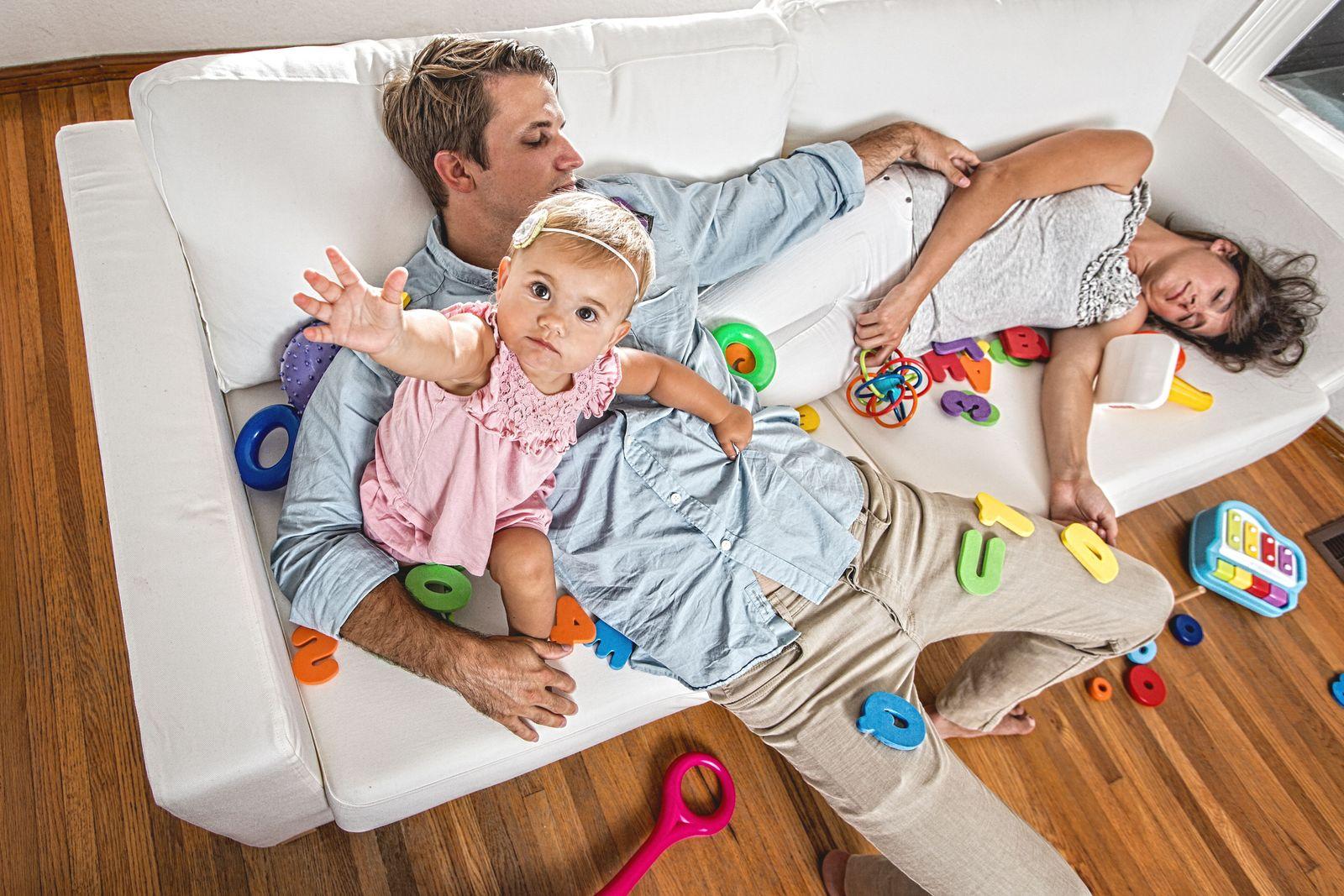 EINMALIGE VERWENDUNG Müde Eltern
