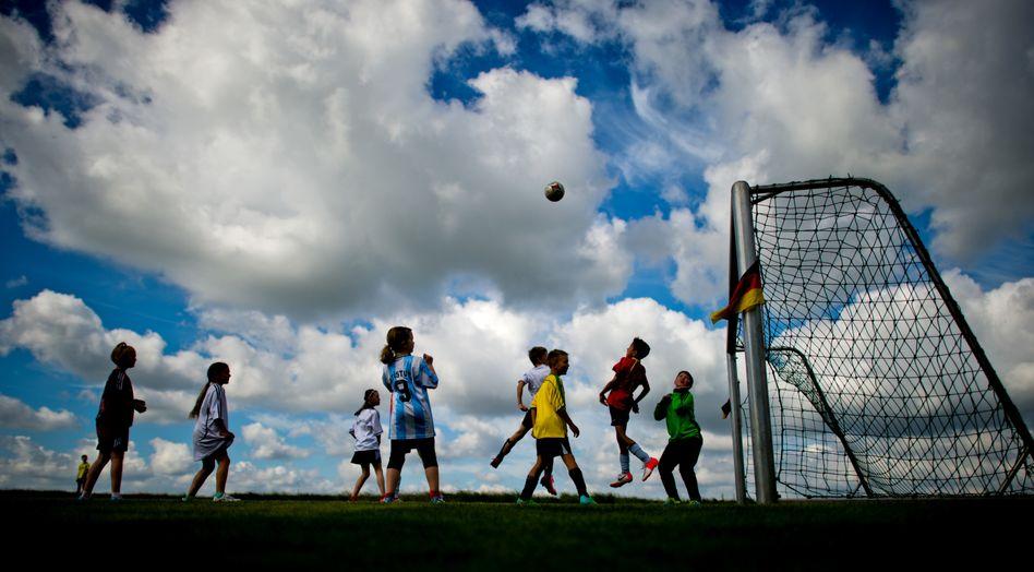 Kinder beim Fußball: Kommen sie nach der Pandemie zurück zu ihrem Sport?