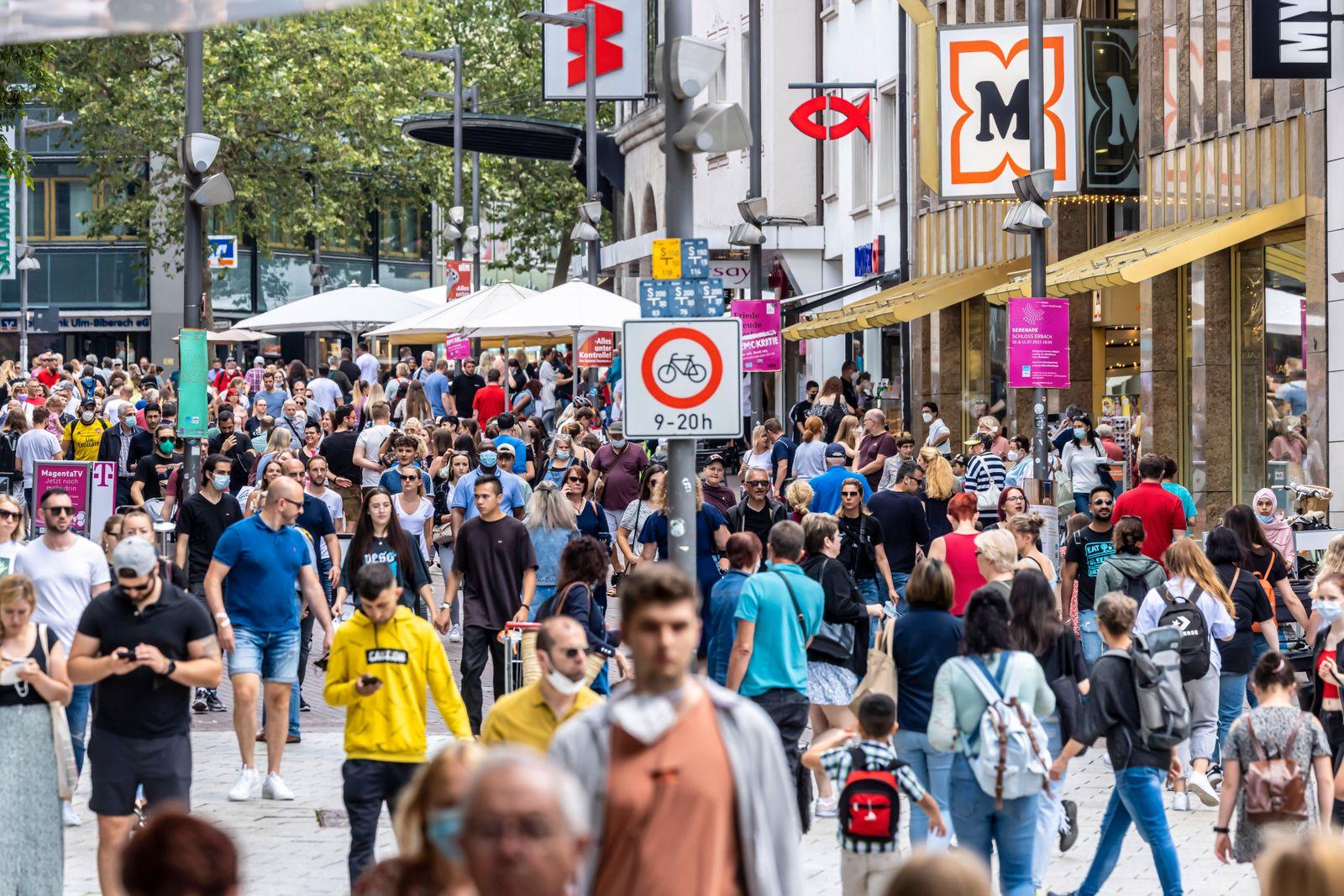 Fußgängerzone Ulm mit vielen Menschen in Zeiten der Corona-Pandemie. // 10.07.2021: DEU, Deutschland, Baden-Württemberg,