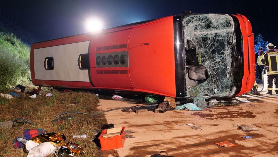 Verunglückter Reisebus an der Unfallstelle auf der A44