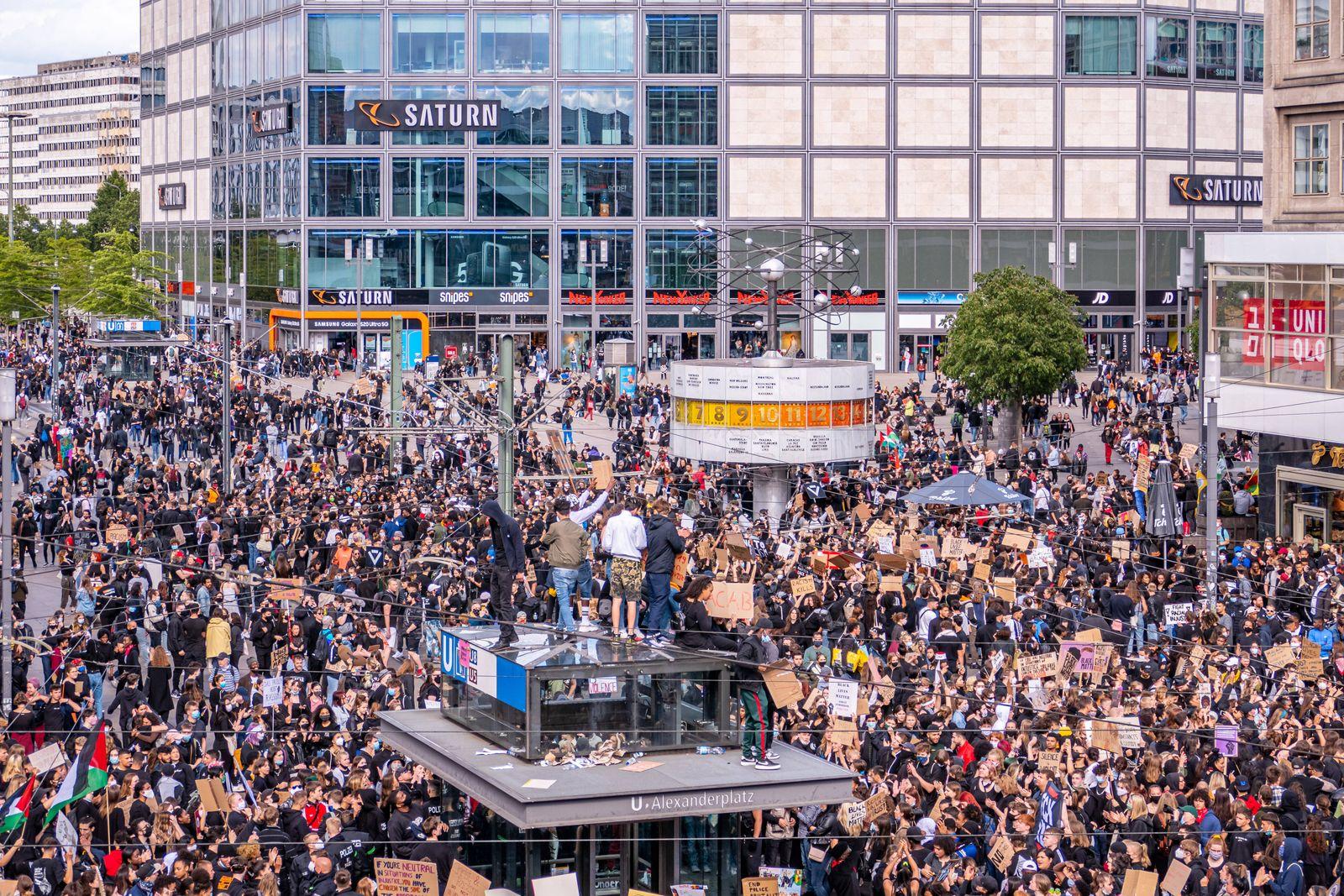 06.06.2020,Berlin,Deutschland,GER,Nach dem Tod von George Floyd kommen Tausende von Menschen zu einer Demonstration geg