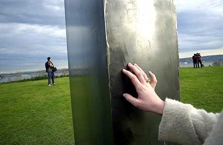 Hommage an Kubrick und Clarke: Ein Park-Spaziergänger befühlt den ominösen Monolithen