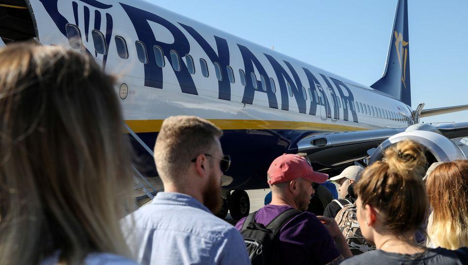 Passagiere vor einer Ryanair-Maschine