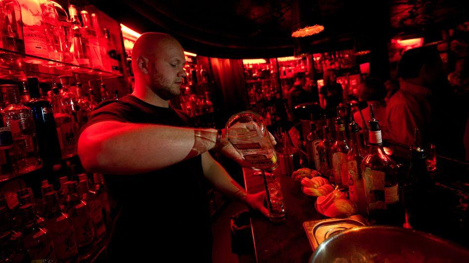 Barkeeper in Mannheim in der Onkel-Otto-Bar (Archiv)