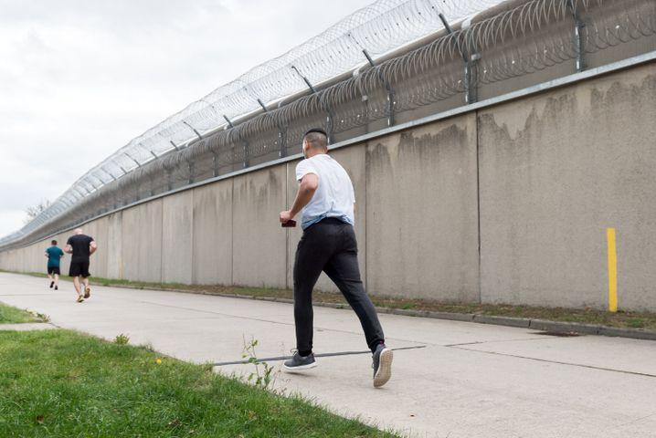 JVA Plötzensee: Laufstrecke hinter Gefängnismauern